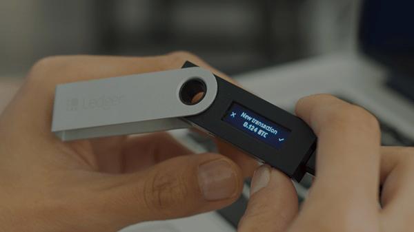 """کیف پول سخت افزاری """" Ledger Nano S """"- زوم ارز -ltc"""